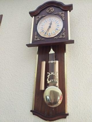 Reloj vintage de pared con música