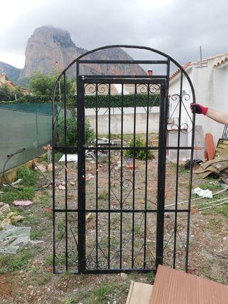 Puerta de forja.