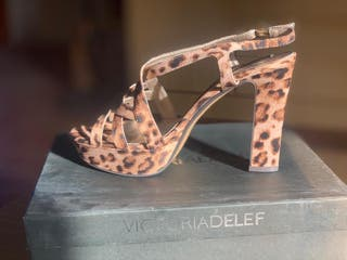 Zapatos de tacón de leopardo. Zapatos de fiesta.