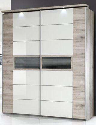 Interior con: 1 separación central, 2 estantes sup