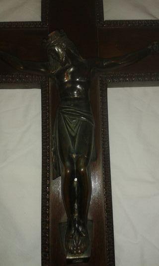 Antiguedades. Crucifijo de madera tallada y bronce