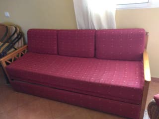 Sofá cama y dos sillones.