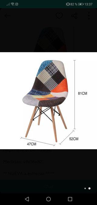 Mesa de cristal rectangular con sillas de diseño