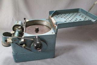Máquina contadora de monedas antigua. Años 50-60.