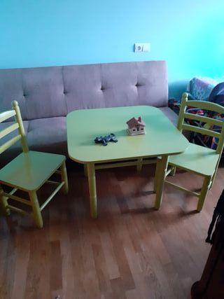 Bonita mesa madera niños y dos sillas