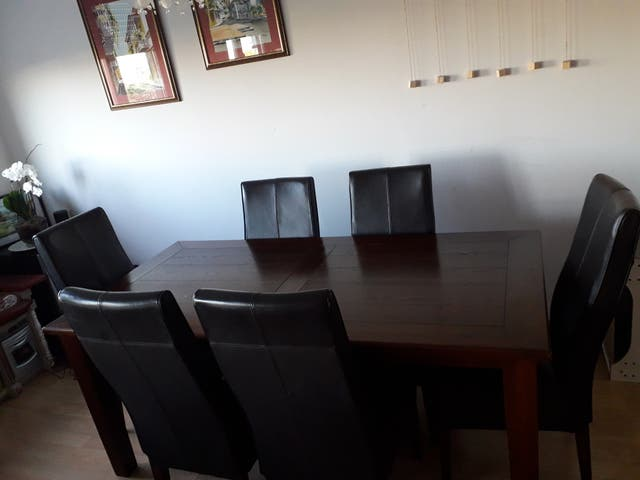 Mesa comedor de madera para 6 y 6 sillas de cuero