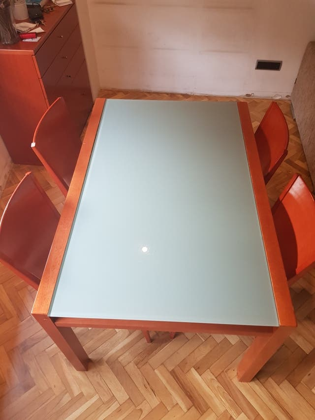 Mesa extensible y sillas de comedor
