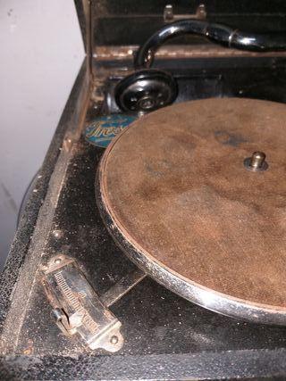 antiguo gramófono Odeón con discos de pizarra