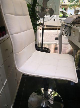 Silla hidráulica tapizada en polipiel blanca