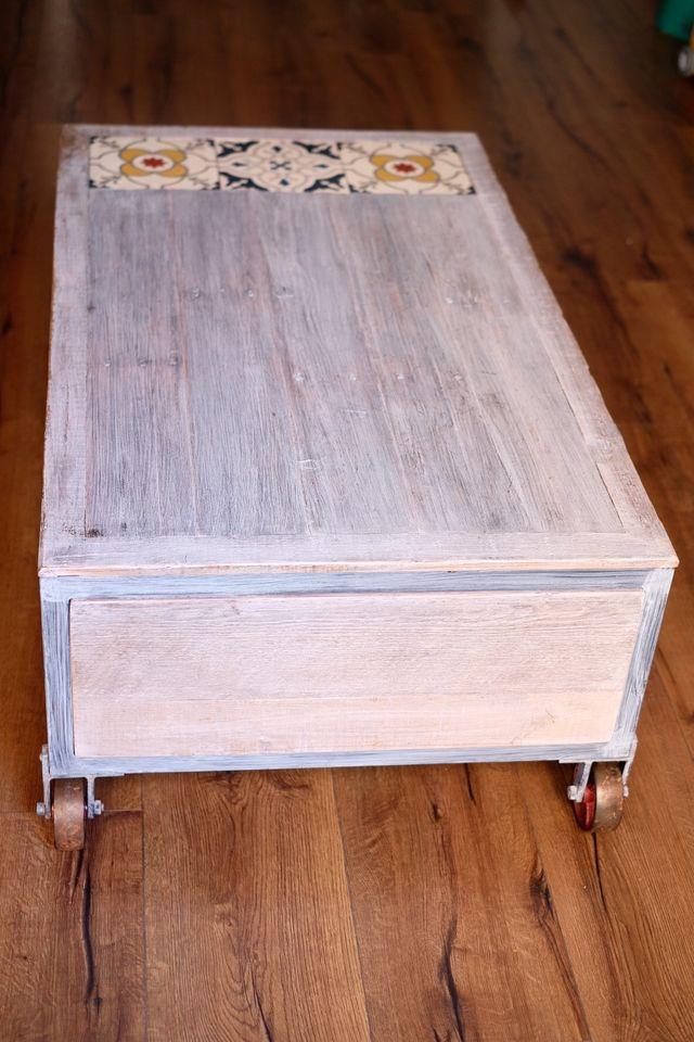 Mesa de centro de madera con cajones