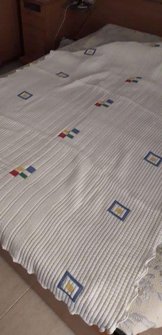Vendo esta colcha para cama sencilla.