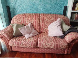 Vendo dos sofás y sillón mecedora.