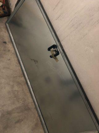 Puerta metálica con llaves y manivela