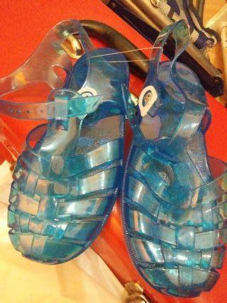 sandalias unisex para la piscina.