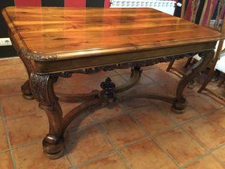 Mesa de comedor y cuatro sillas de nogal tallado
