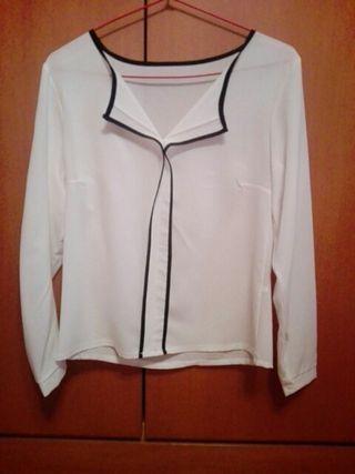 blusa blanca con ribete negro