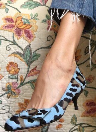 Zapato tacón azul con estampado de leopardo