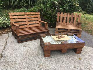 Mesa y sofá para jardín
