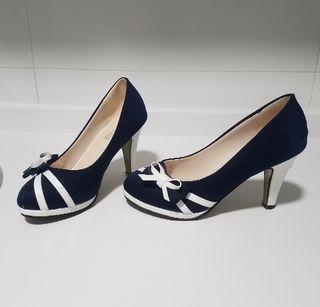 Zapato tacón azul y blanco.