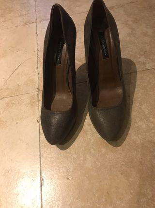 Zapatos de tacon gris piedra