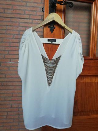 Blusa blanca con escote de pedrería