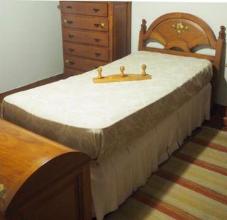 Dormitorio de madera provenzal maciza