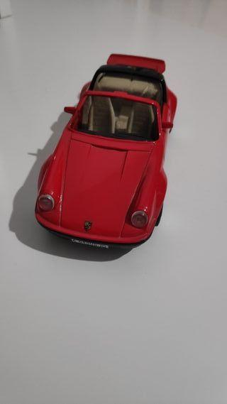 Porsche 911 carrera 4 rojo a escala