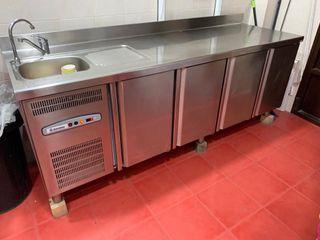 Vendo mesa refrigeradora y caja registradora