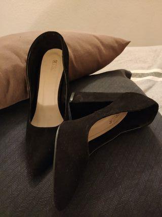 Zapato salón. tacón ancho negro