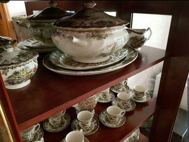 Vajilla de porcelana y cubertería con muebles