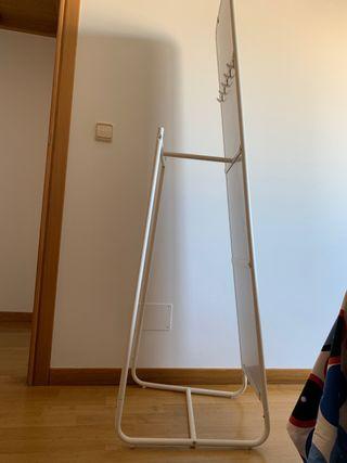 Espejo de pie con perchero IKEA .