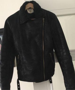 Cazadora negra con borrego