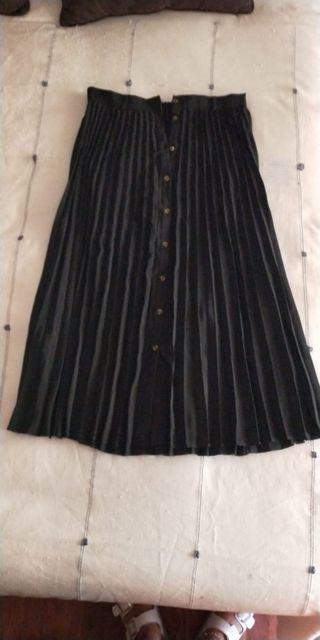 Falda negra plisada SRTADIVARIUS temporada actual