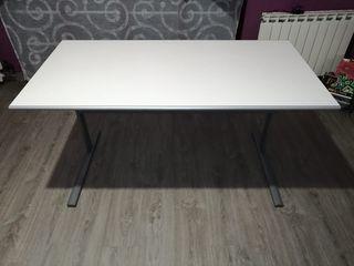 Mesa blanca de escritorio