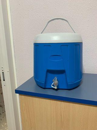 Dispensador de agua ,mantiene el agua fria