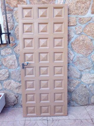 Puerta de entrada principal en metal