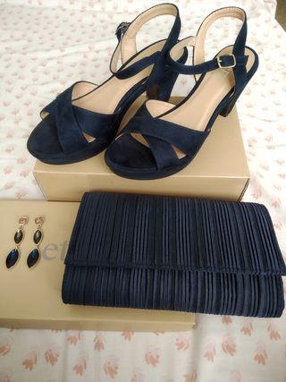 zapatos de tacón, bolso y pendientes azules