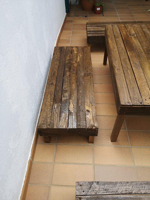 mesa de palets y 3 bancos