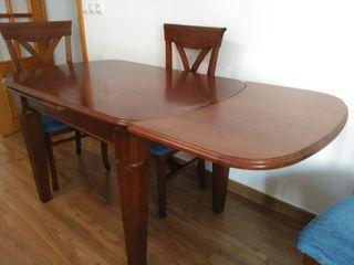 Sillas de madera y mesa de comedor