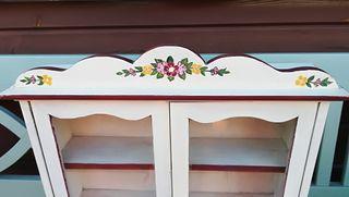 Armario pequeño de madera decorada