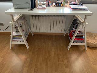 Mesa escritorio de Ikea en blanco