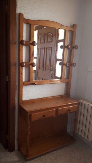 Mueble recibidor con espejo.