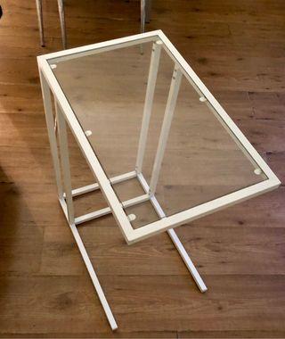 Mesa auxiliar blanca y cristal