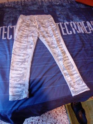 Pantalon tipo chandal gris y camuflage con brillo
