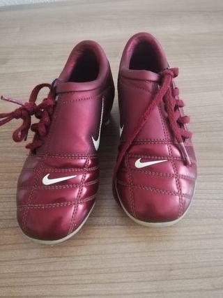 botas de fútbol Nike. talla 29.5