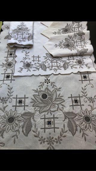 Mantel con 6 servilletas bordado