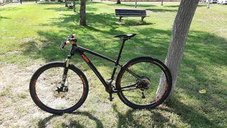 Bicicleta de montaña. carbono