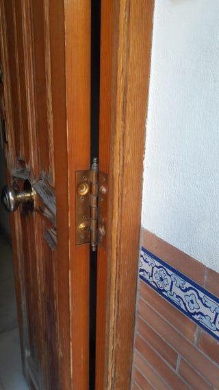 Puerta exterior. Madera pino