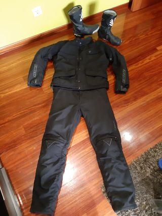 traje de moto y cascos