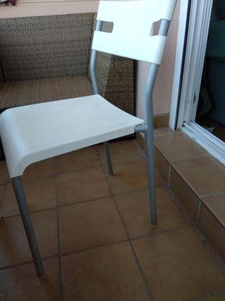 Mesa y cuatro sillas de exterior.